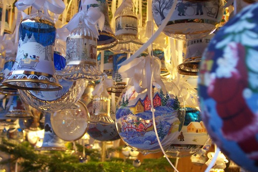 ../images/Blue-tree-decorations.jpg