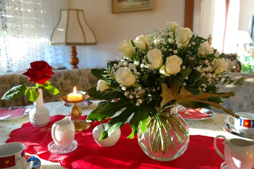 ../images/Flower-bouquet-on-table.jpg