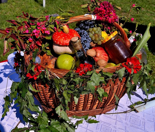 Gift basket with fresh fruits and honey