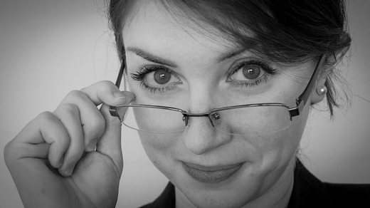 ../images/Woman-with-glasses.jpg
